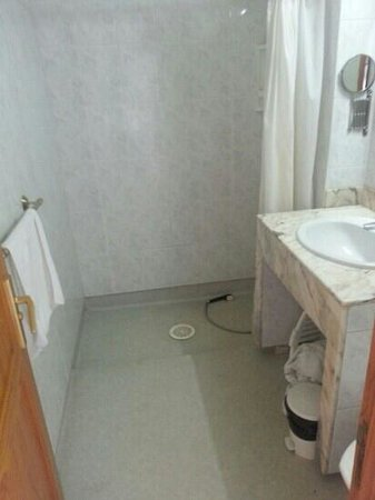 Tamaran Apartments : bathroom.. bit messy from me as leaving now
