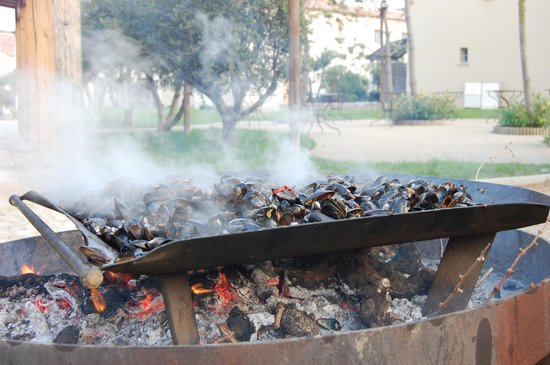 Jardins de Saint-Benoit: French Mussels on the BBQ
