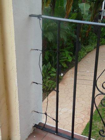 barrière de terrasse réparée avec fil de fer - Picture of BlueBay ...