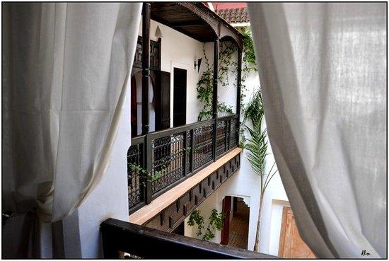 Riad Les 5 Soeurs: vu d'un petit salon sur une chambre