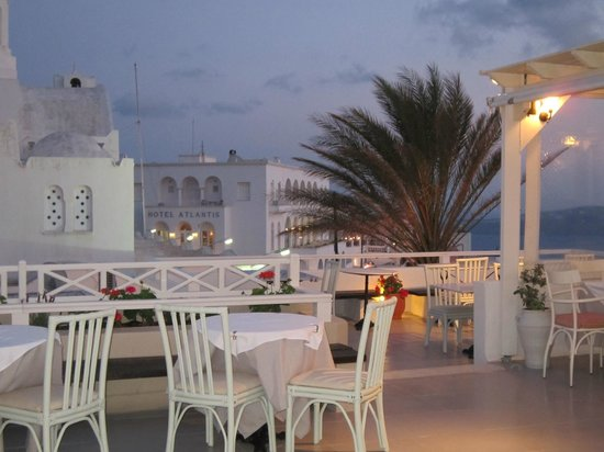 Ampelos Greek Restaurant & Wine Bar: the view of the small terrace & surrounding areas