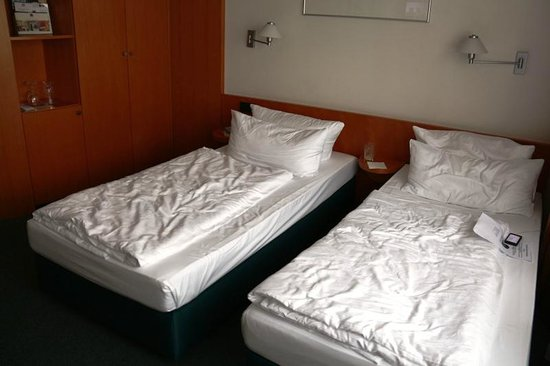 Hotel am Borsigturm: Twin beds - small and low