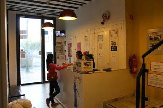 Samay Hostel Sevilla: Receptionist