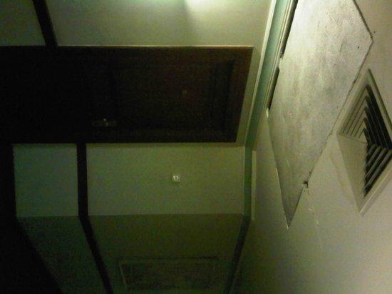 Tunjungan Hotel : Corridor ceiling cover with styrofoam