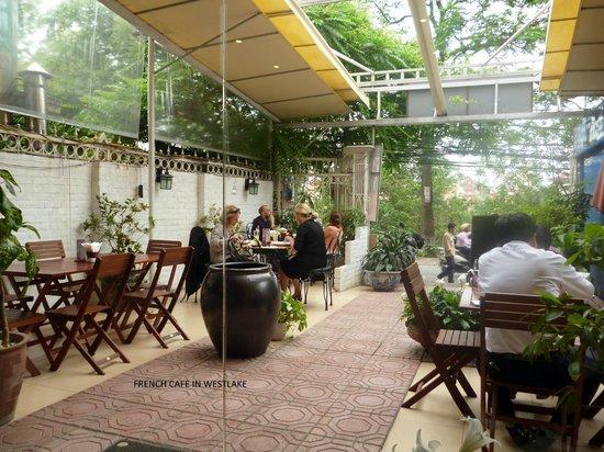 Wild Lotus Hotel: indoor/outdoor cafe not far from hotel
