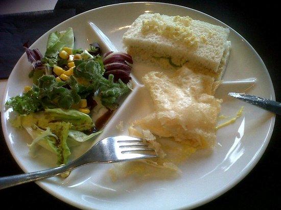 Espai de Gastronomia Girones: ensalada con ficoide glaciale, farcell de queso con salsa azafran, pastel de primavera