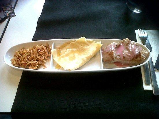 Espai de Gastronomia Girones: fideuà con all i oli con miel, crepe con brandada de bacalao, filete de cerdo con flores de hibi