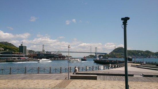 Kanmon Bridge : 関門橋の下を行き交うフェリー
