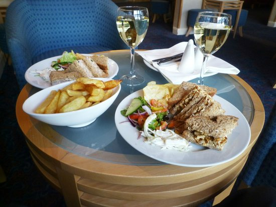 Holiday Inn Darlington - North A1m : Sandwiches, Wine and a Portion of Chips