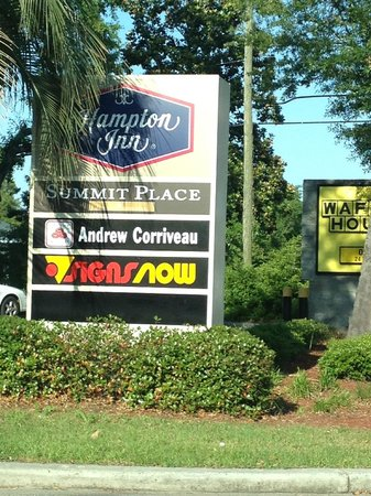 Hampton Inn Beaufort: Obscured sign at the entrance.