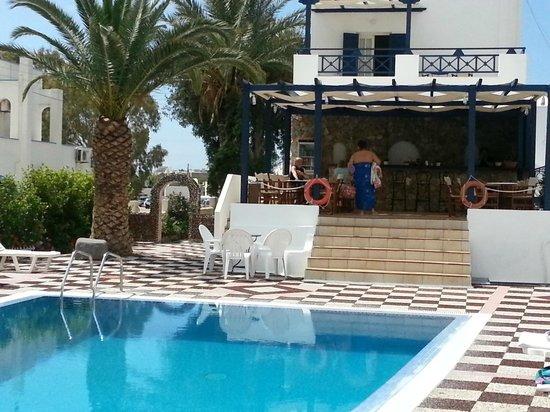 Anezina Villas: Bar and pool