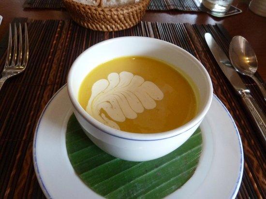 L'Elephant Restaurant : Lovely soup presentation