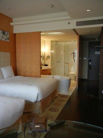 Renaissance Shanghai Putuo Hotel: Bed & Bath in one