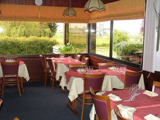 Logis Les Dineux Village : salle restaurant