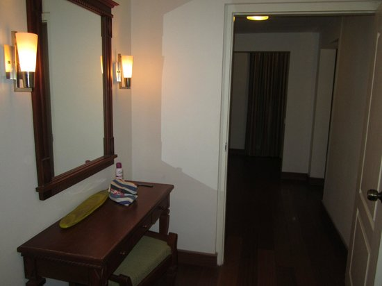 Lemon Tree Vembanad Lake Resort: Dressing Room - Superior Suit