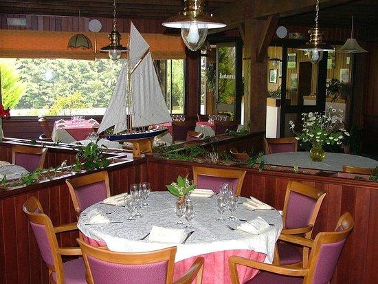 Logis Les Dineux Village : Salle de restaurant