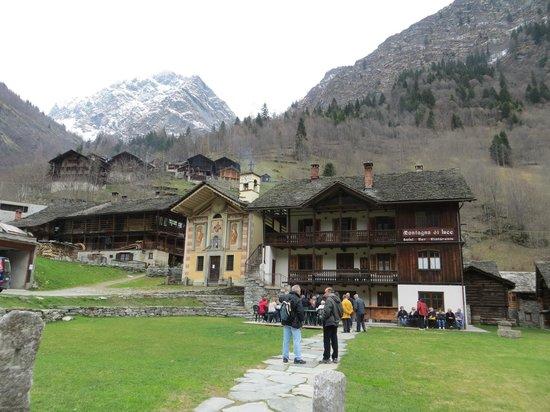 Hotel Montagna di Luce: Pedemonte il borgo dei Walser e il ristorante  Montagna di luce