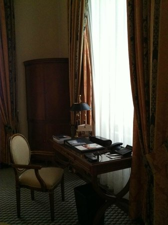 Althoff Grandhotel Schloss Bensberg: The room is comfortable and handsome at a first glance, but lacks charm.
