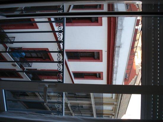 Hotel Madrid de Sevilla: Вид из окна на окружающие улицы