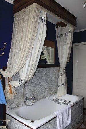 Chambres d'Ami(e)s: Vasca da bagno a baldacchino