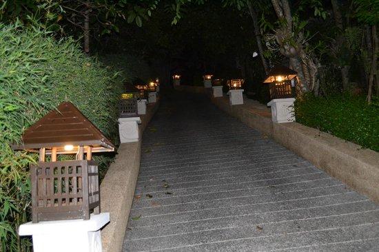 Fair House Villas & Spa : Дорога к дому на холме