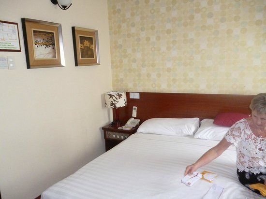 Asian Ruby Park View Hotel: tiny double bed