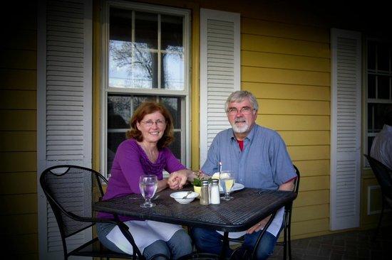 Robert Morris Inn: dinner on the front porch