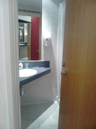 Holiday Inn Express London - Victoria: Bathroom