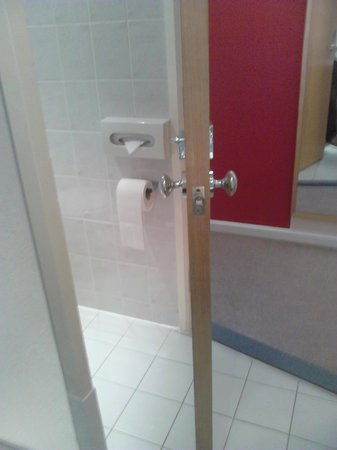 Holiday Inn Express London - Victoria: The door can either shut off the whole bathroom or just the toilet