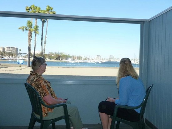 Foghorn Harbor Inn Hotel: And our terrace with view of the beach/marina