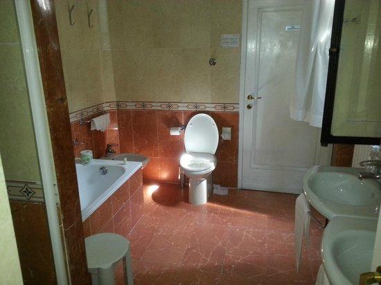 Hotel Cosimo de' Medici: с/у с ванной и душем и окном!!!