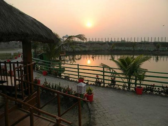 Dayapur Island, Indien: The sunset view is awesome from the resort.