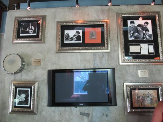 Hard Rock Cafe : The Beatles wall