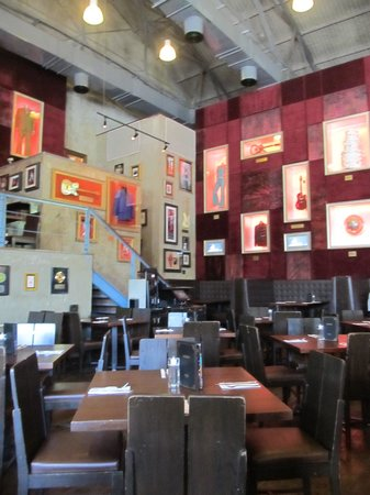 Hard Rock Cafe : Extremely quiet, perhaps too tucked away