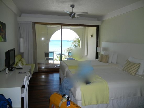 Holland House Beach Hotel: bright room with A/C & ceiling fan
