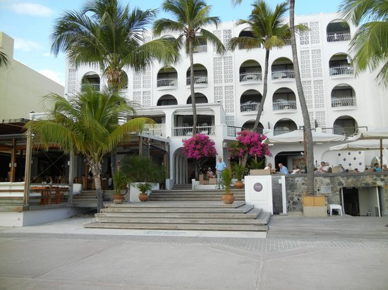Holland House Beach Hotel: Centrally located