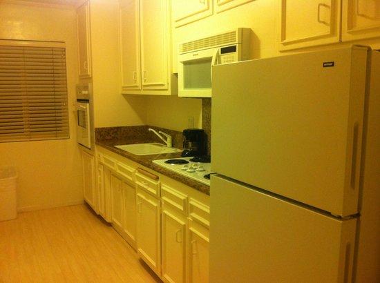 Beverly Hills Plaza Hotel: Kitchen