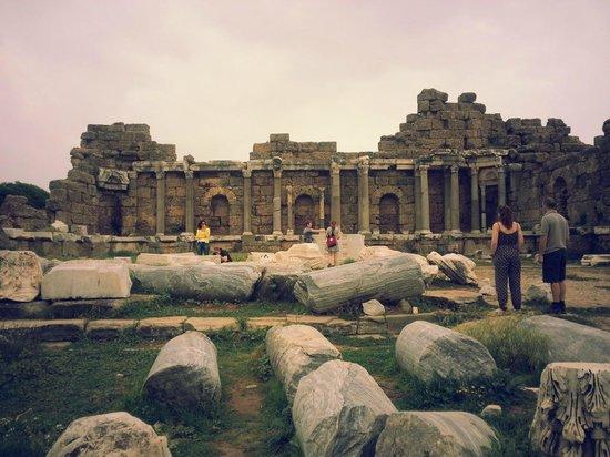 Voyage Sorgun: Roman ruins at Side.