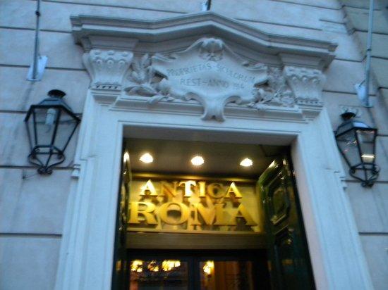 Residenza Antica Roma: The front door.