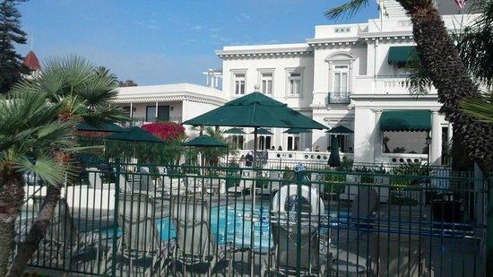 Glorietta Bay Inn: Pool / hot tub area