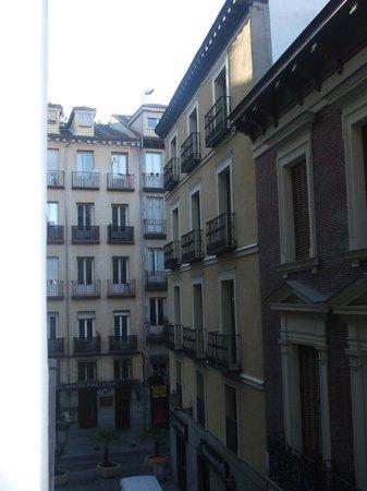 Hostal la Macarena: Panorama della camera dalla finestra della via laterale che incrocia calle San Miguel