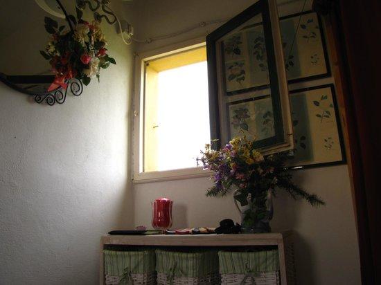 Fattoria Santa Lucia: В спальне 4 окна на все стороны света