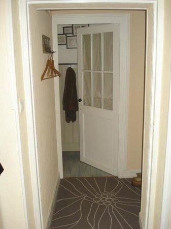 La Maison du Bourg: Petit couloir accédant à la chambre et salle de bains
