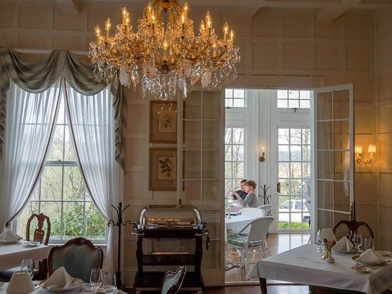 Rowland's Restaurant: Elegance - that's all one can really say about this dining environment.