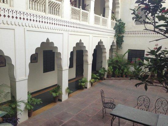 Heritage Khandwa Haveli Hotel: Courtyard
