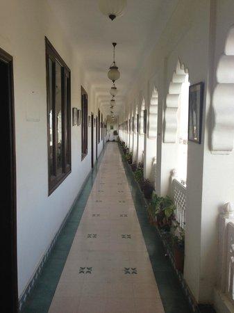 Heritage Khandwa Haveli Hotel: Balcony walkway