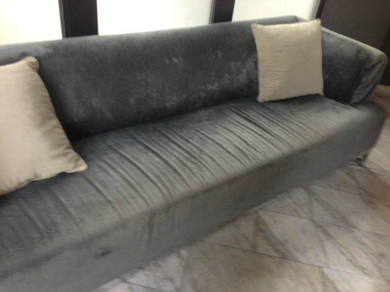 AC Hotel Ciudad de Sevilla: Pathetic Sofa near Elevator