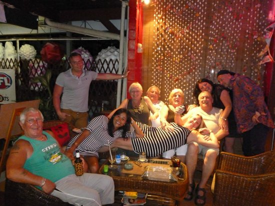 Karon Sunshine Guesthouse, Bar & Restaurant: Some friends we met there