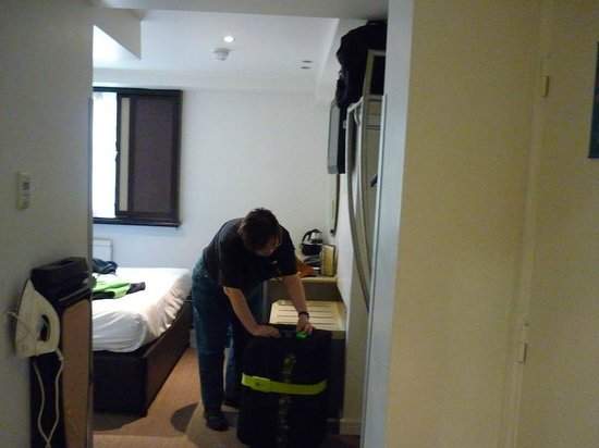 Corus Hotel Hyde Park London: Looking into 'main' bedroom from the entryway