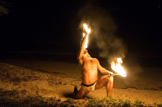 Popa Paradise Beach Resort: Beach fire show